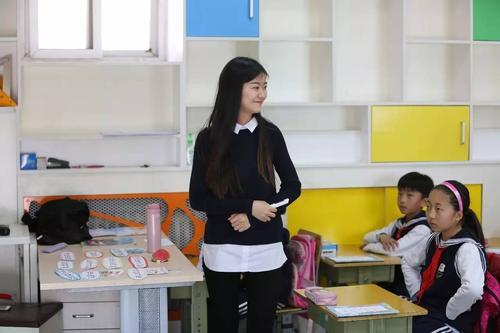 年轻自信的英语老师李跃老师