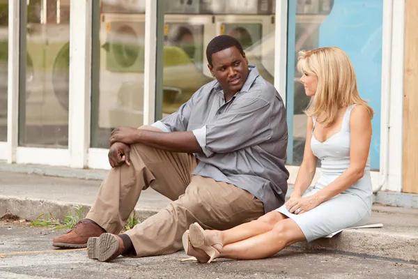 根据真实人物故事改编一个自幼没有完整家庭生活的非裔男孩性格内向